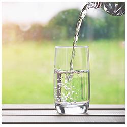glas water met alka druppels