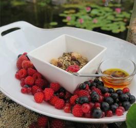 Recept van Rineke Dijkinga: Crunchygranola met zomerfruit
